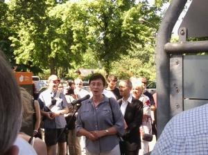 Junge-Reyer hält an der Dubliner Straße eine Rede