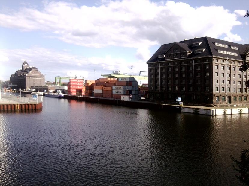 Der Westhafen von der Seestraßenbrücke aus gesehen