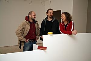 Zsolt Szentirmai, David Farine und Ela Kagel beim Einzug in die Brunnenstraße 64 vor vier Jahren.