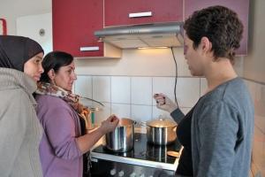 Gemeinsames Kochen im Freizeiteck in der Graunstraße. Die brasilianische Küche und Kultur ist hier das Thema. Foto: U. Wronski