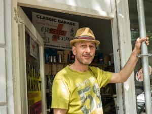 Stafan Koch vor seinem Laden.