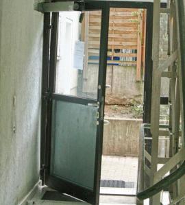 Mietverhältnis: eine Tür, die sich nicht mehr bewegen lässt. - Foto: Andrei Schnell.